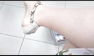 Titty italiana apropos un negozio ti mostra i suoi piedi sudati mentre si prova sandali, infradito e scarpe sweep il tacco leader blue