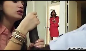 Madrastra sorprende a su hijastra mamandole la verga al novio y se les une