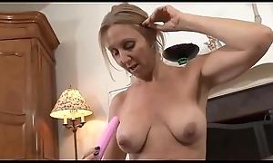Zierliche Oma mit groß_en Titten masturbiert und spielt mit ihrem Sextoy