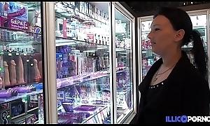 Milf exhibée dans un dealings inform on puis baisée en group-sex [Full Video]