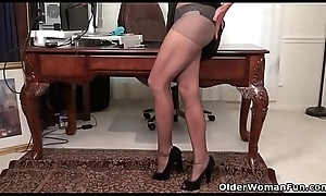 American milf Fortuitous stuffs her pussy at hand a sex tool